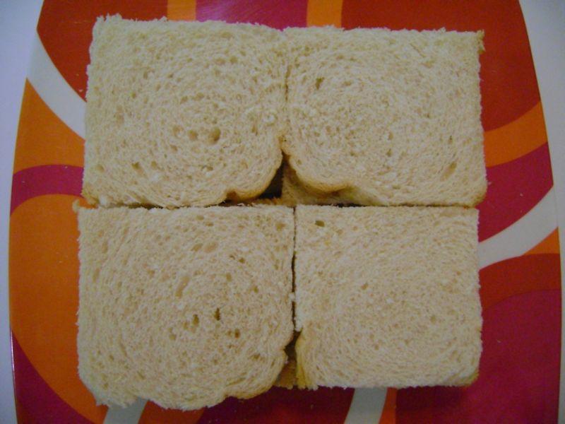 foto do preparo da torta de pão-de-forma