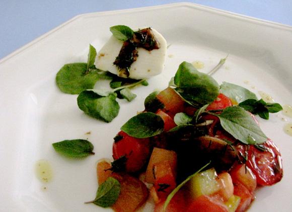 foto de uma salada de tomates com mussarela de bufala