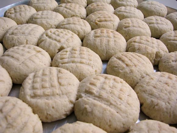 foto de bolachas de nata numa assadeira