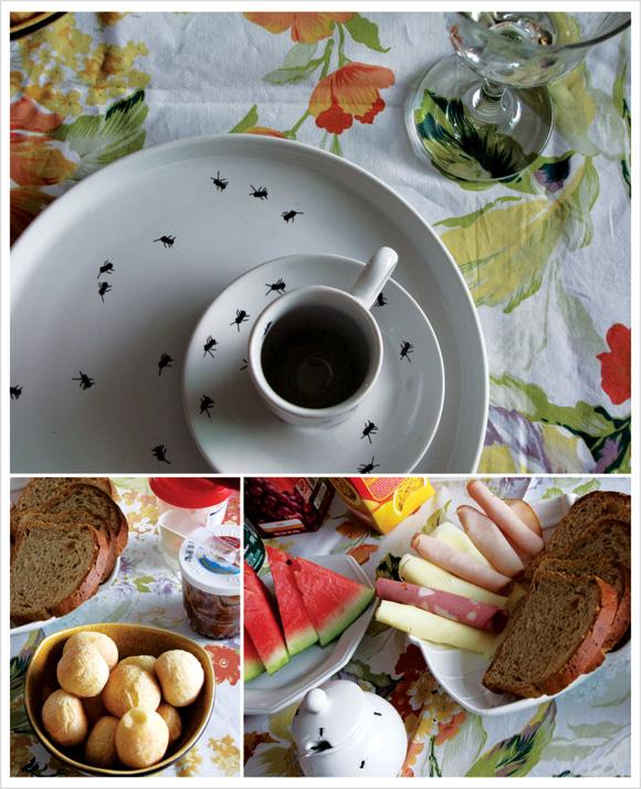 fotos de uma mesa posta com café-da-manhã. Pão de queijo, melancia, pão-de-forma integral, queijos, peito de peru, requeijão, nutella, sucos e iogurte