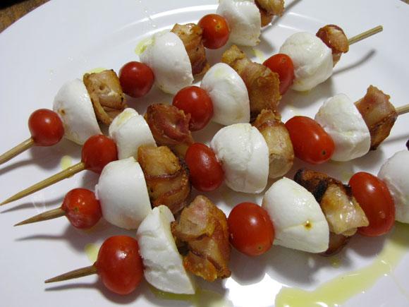 foto de espetinhos de franbacon, mussarela de búfala e tomate uva
