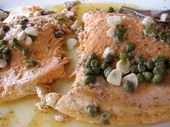 foto de filé de salmão na brasa com alcaparras