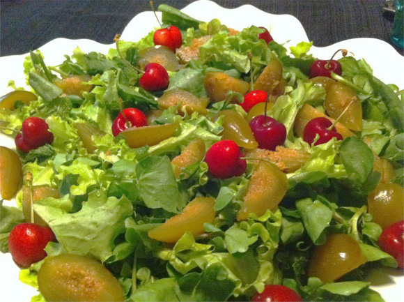 foto de salada verde, com figos em calda e cerejas frescas
