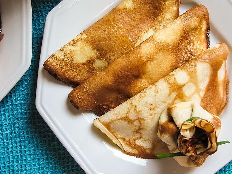 Trio de panqueca e trouxinha de pêssego em calda