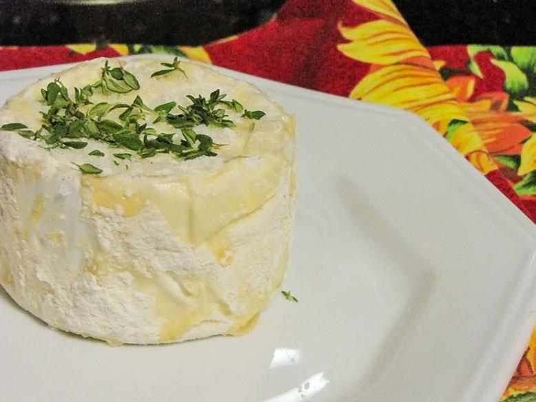 Queijo camembert em crosta de sal e ervas