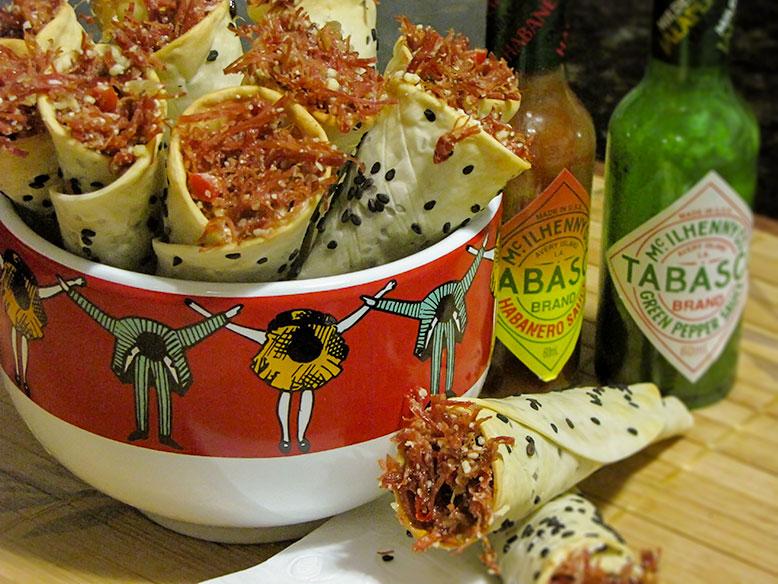 Cones de massa de pastel recheados com carne seca e requeijão