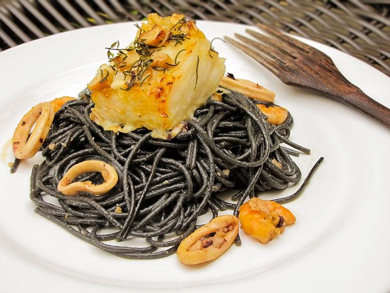 Espaguete com tinta de lula e frutos do mar com lombo de bacalhau ao forno