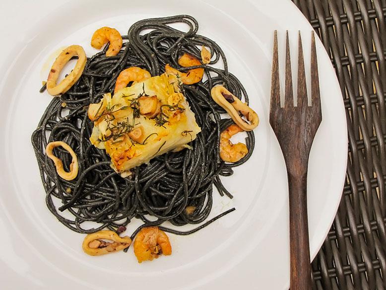 Espaguete com tinta de lula, frutos do mar com lombo de bacalhau ao forno