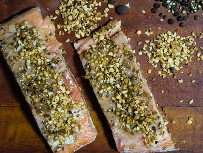 Posta de salmão com erva-doce em crosta de castanha