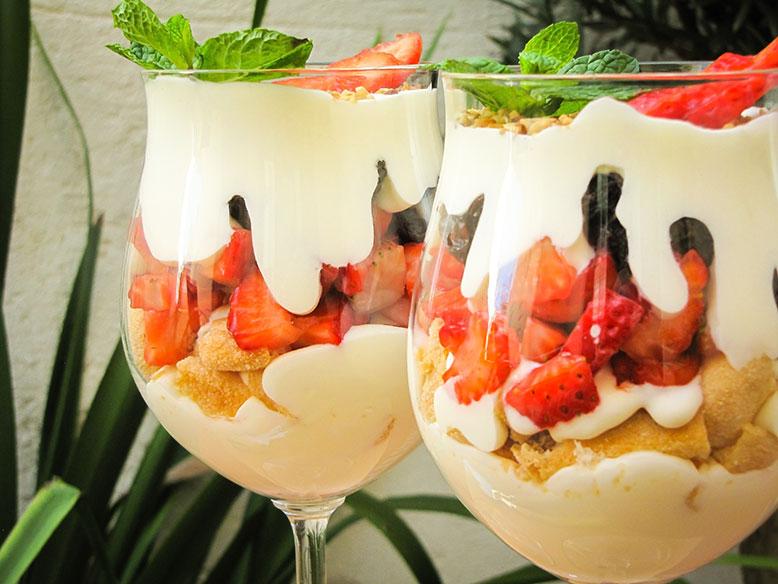Taça de morangos com chantilly de iogurte grego