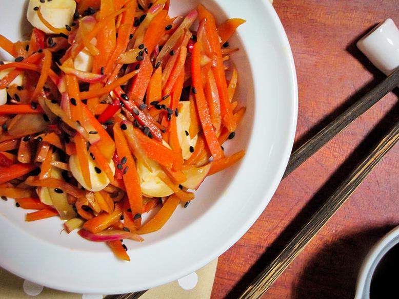 Salada crocante de cenoura, rabanate e shoyo