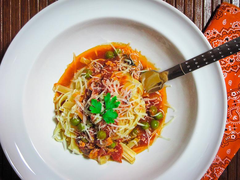 Fettuccini ao molho picante de sardinha e ervilhas frescas