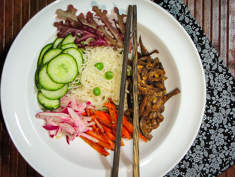 Salada oriental com macarrão bifum