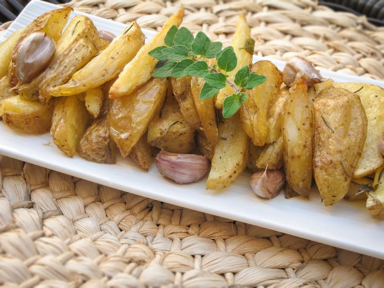 Batatas rústicas com ervas frescas