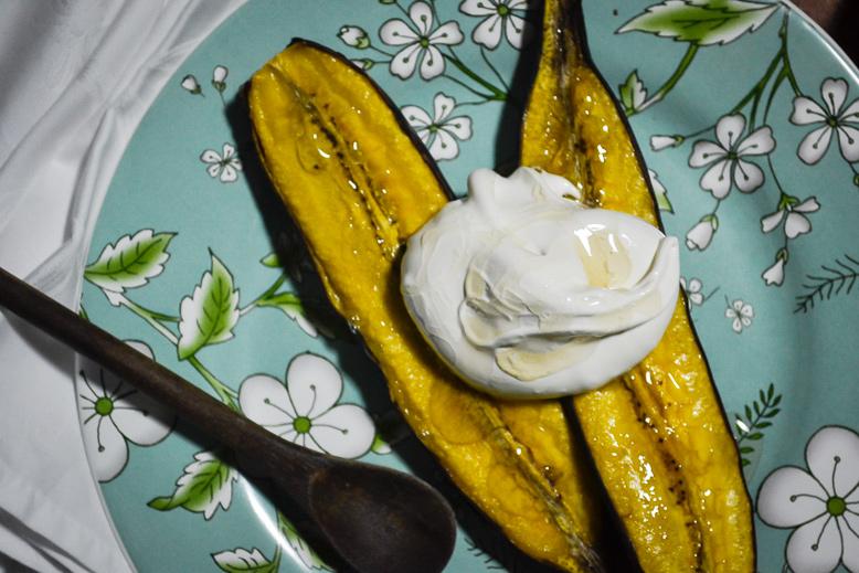 Banana da terra assada com merengue suíço