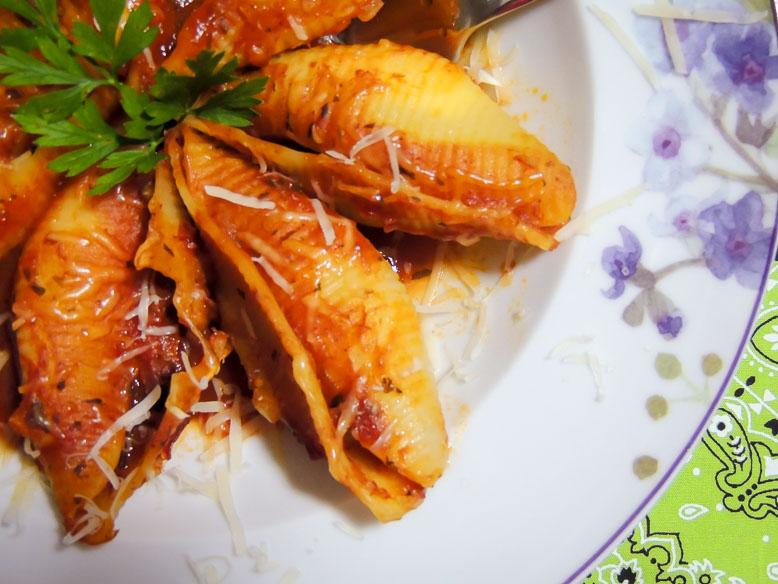 Conchiglione recheado com cream cheese e bacon ao molho vermelho