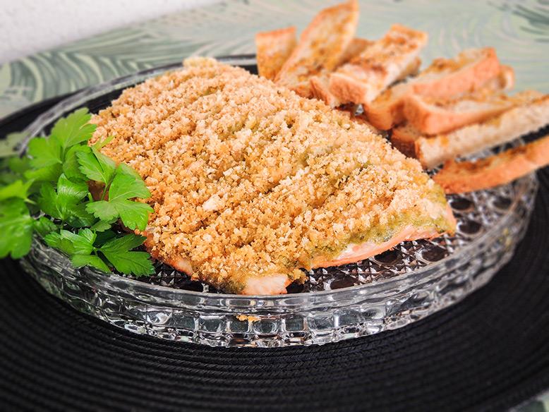 Receita de salmão na brasa com crosta de molho verde e farofa de pão