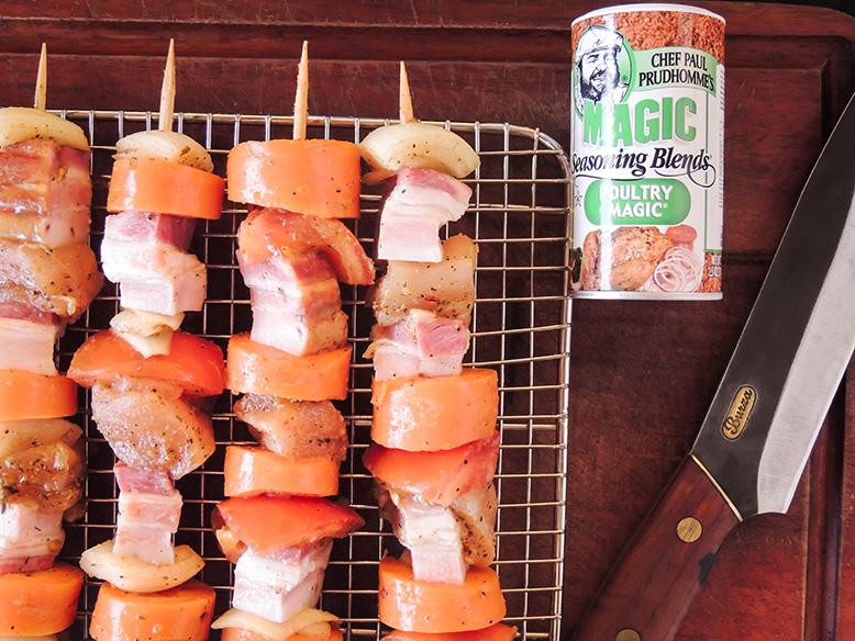 Espetinho misto de frango, bacon e legumes