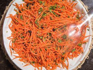Receita de salada de cenoura com coentro e uva-passa