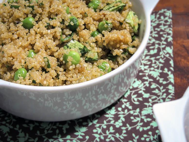 Quinoa com abobrinha e ervilhas frescas