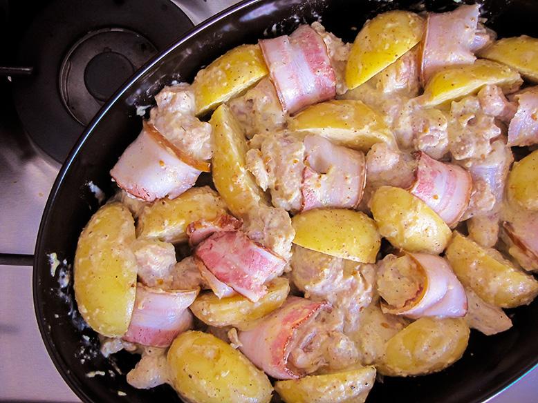 Coxinhas de frango cremosas enroladas no bacon
