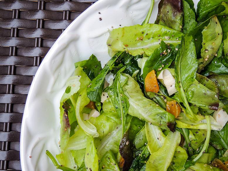 Receita de salada verde com damasco, chia e gergelim