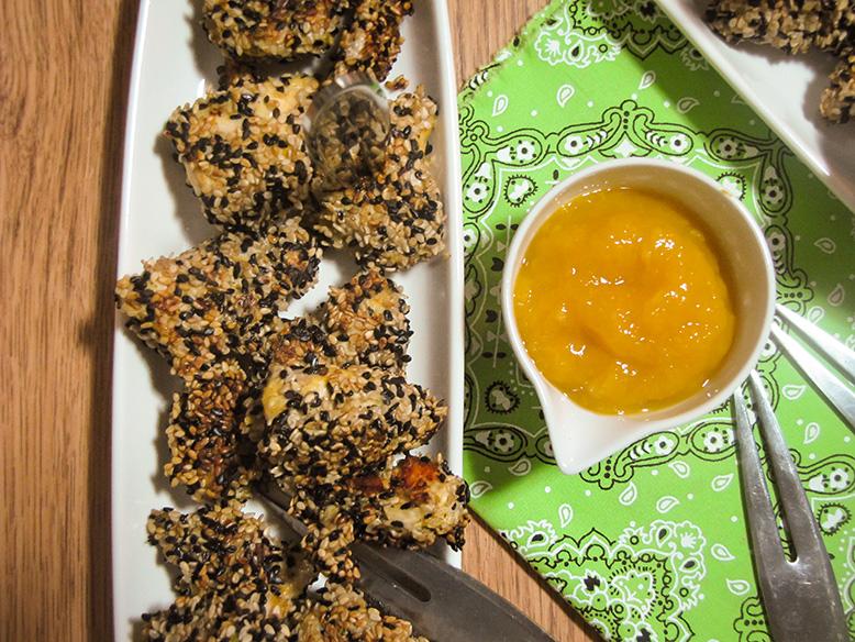 Receita funcional de quadradinhos de frango com gergelim e chutney de manga