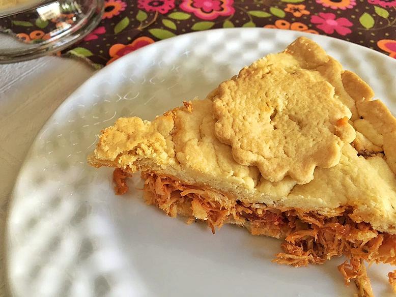 Receita de torta salgada de massa podre com recheio de frango desfiado
