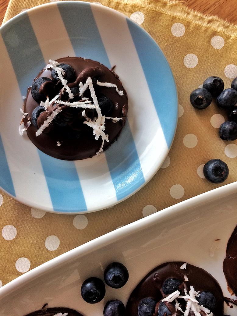Sobremesa de chocolate com mirtilo