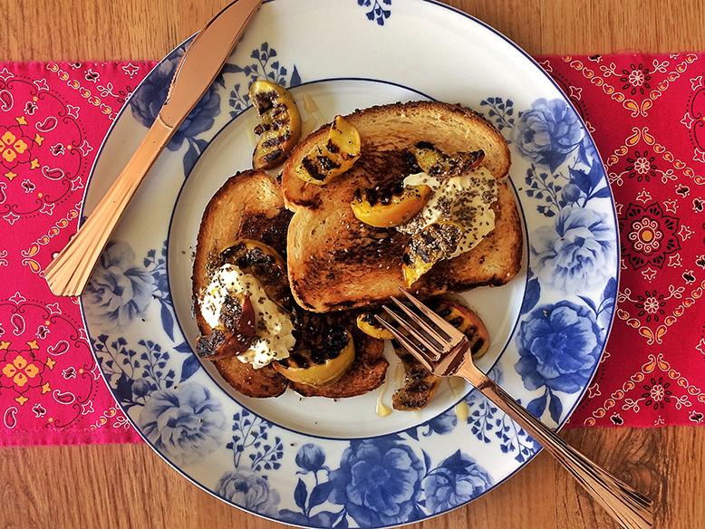Tost com pêssegos grelhados e cream cheese