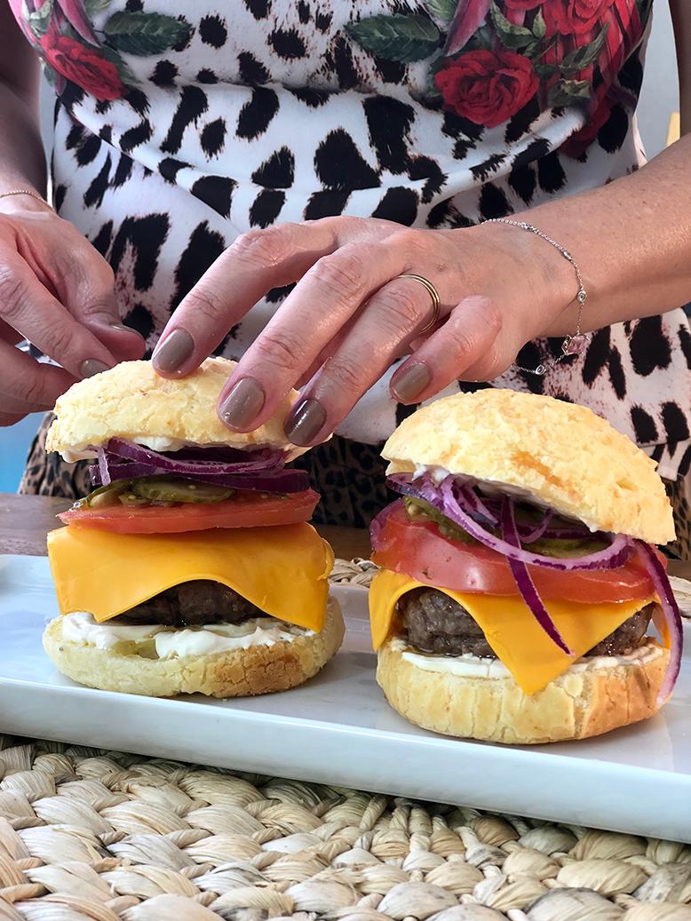 Hambúrguer no pão de queijo