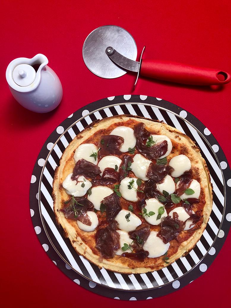 Pizza de muçarela de búfala com jamon pata negra