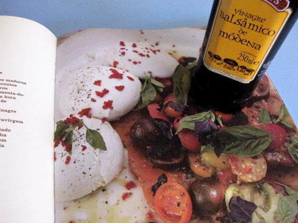 foto do livro de receita do jamie olive e um vidro de vinagre balsamico borges