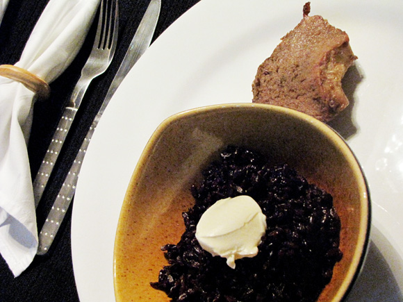 foto de um prato com um bowl contendo arroz japônico e cream cheese e um pedaço de contra filé