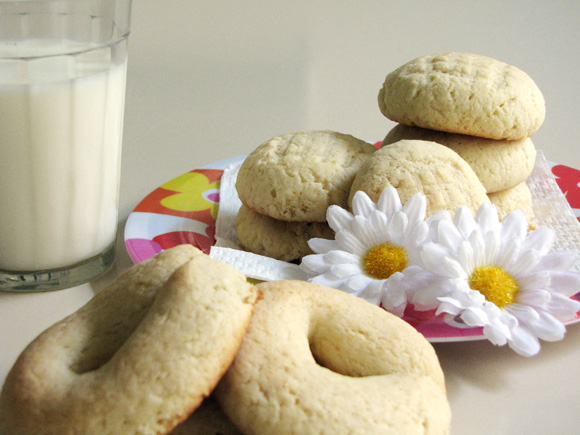 foto de um prato com bolachas de nata e um copo de leite