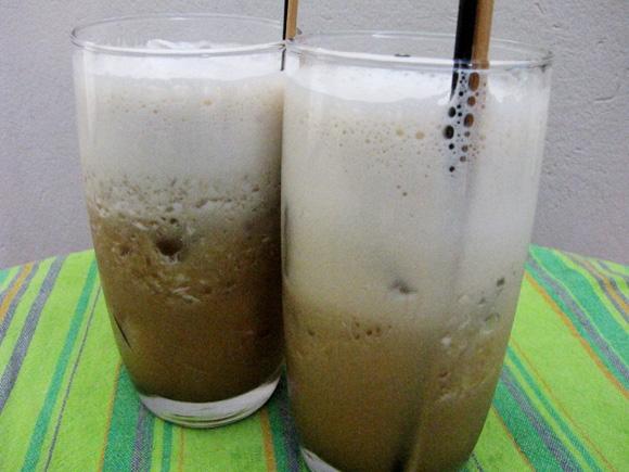 foto de 2 copos com café gelado e suco de laranja