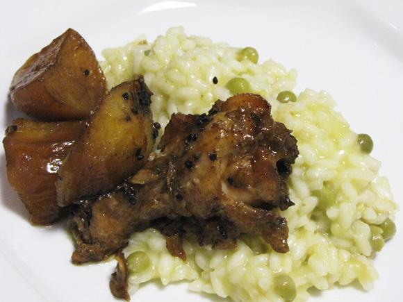foto de frango marinado com batatas, shoyo e gergelim e risoto de ervilha