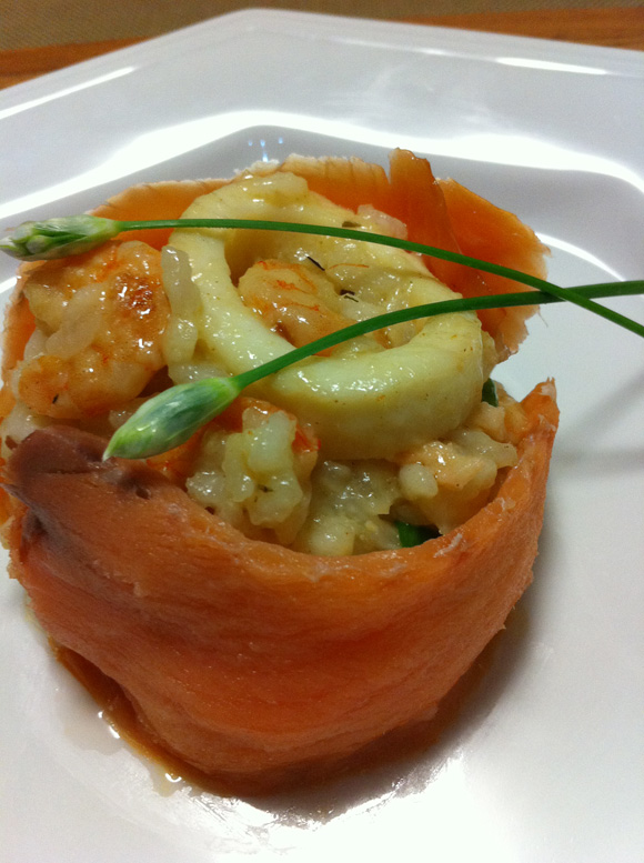 foto de um risoto de frutos do mar com carpaccio de salmão