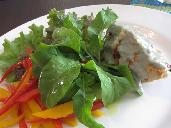 foto de um salada de mini folhas com frango recheado ao molho de gorgonzola