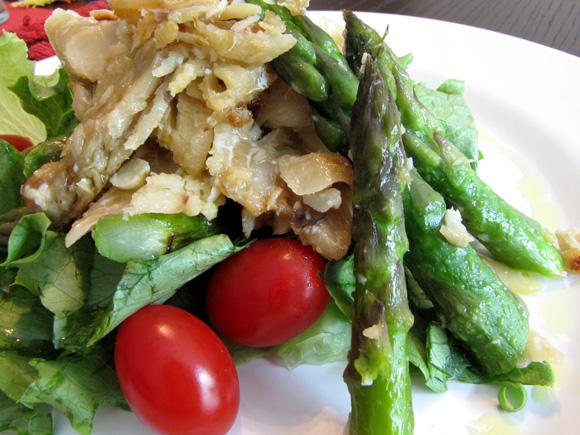 foto de um prato com uma salada verde de bacalhau e aspargos