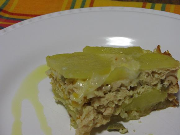 foto de um pedaço de torta de batatas em rodelas com frango desfiado