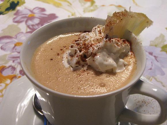 foto de uma xícara com café gelado com sorvete de abacaxi