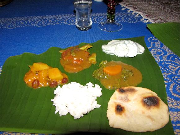 foto de um típico jantar indiano, servido nas folhas de bananeira