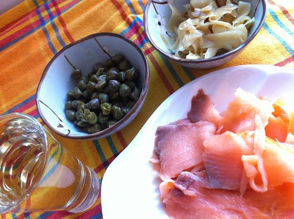 foto dos ingredientes para a receita de risoto de salmão defumado com gengibre e alcaparras