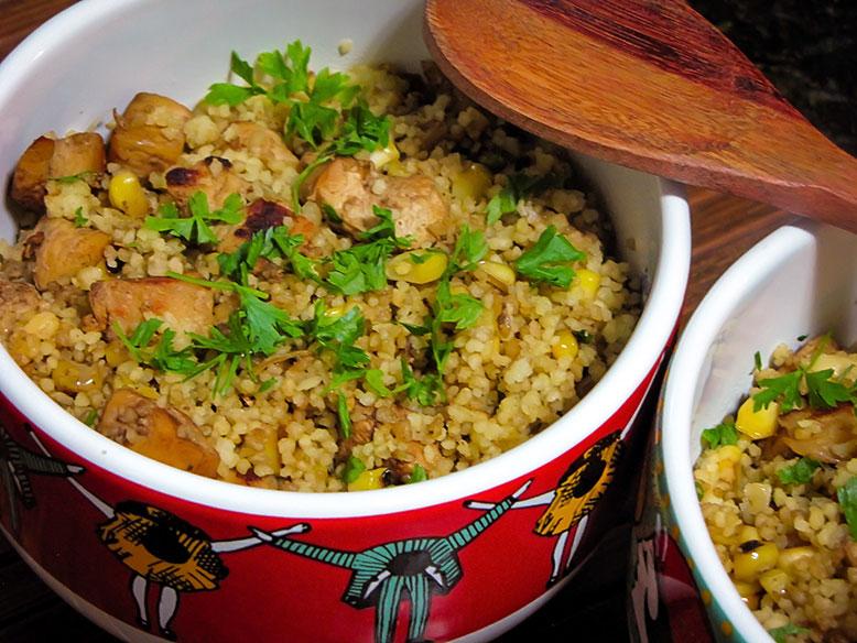 cuscuz marroquino com cubos de frango e milho grelhado