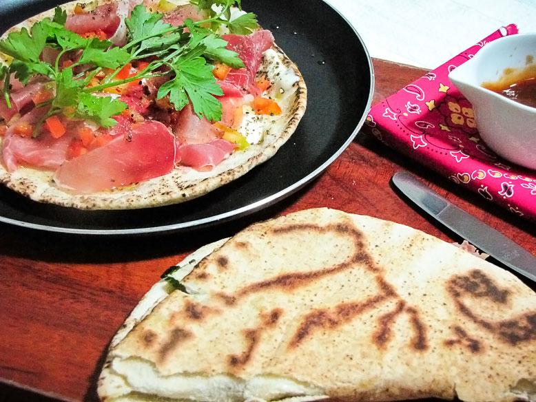 Sanduíche de pão pita com creme de ricota, parma e salsa fresca