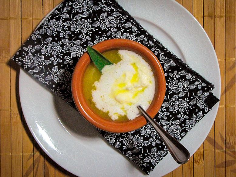 Caldo de mandioquinha com alho poró, creme azedo e azeite trufado