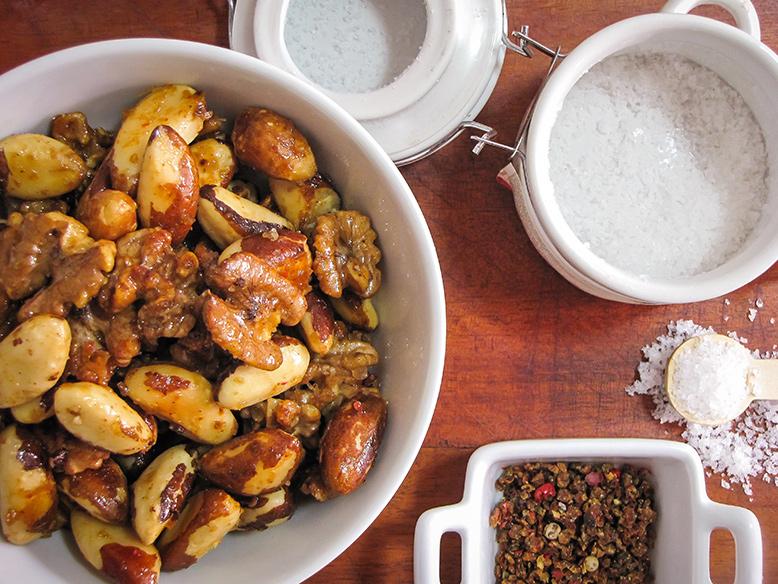 Aperitivo de castanhas e nozes com mel e pimenta