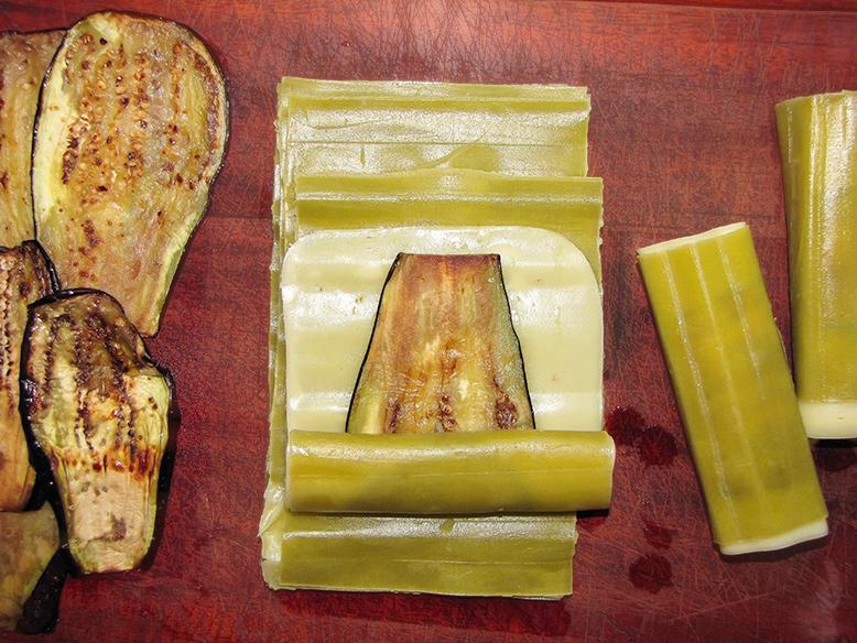 Canudos de massa de espinafre com berinjela grelhada