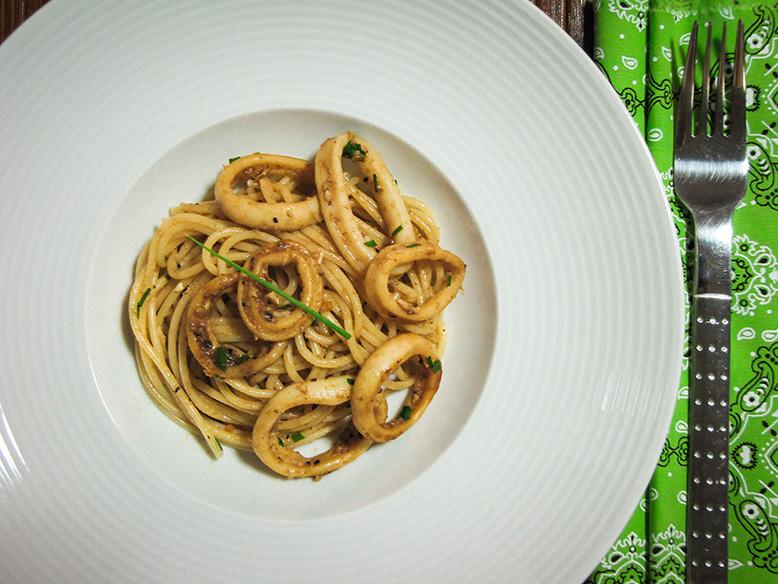 Espaguete com lula reduzida no balsâmico